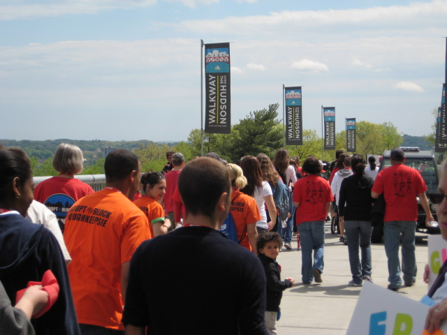 The crowd leaves the Highland side of the Walkway, headed towards Poughkeepsie.